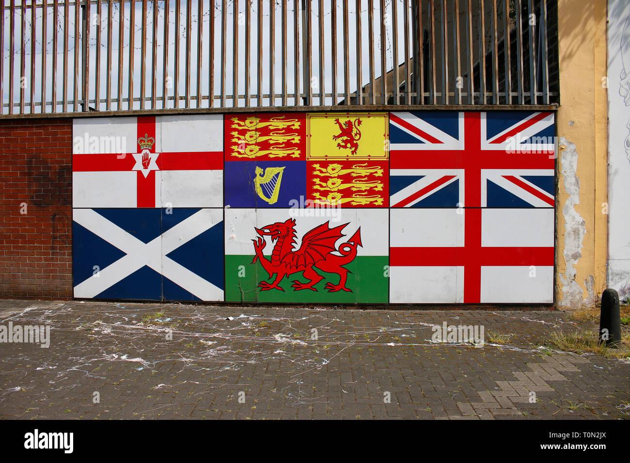 royalistische Fahnen - Wandbild/ Mural, das an den Buergerkrieg erinnert , im protestantischen Teil Belfasts, Shankill Road, Belfast, Nordirland  (nur - Stock Image