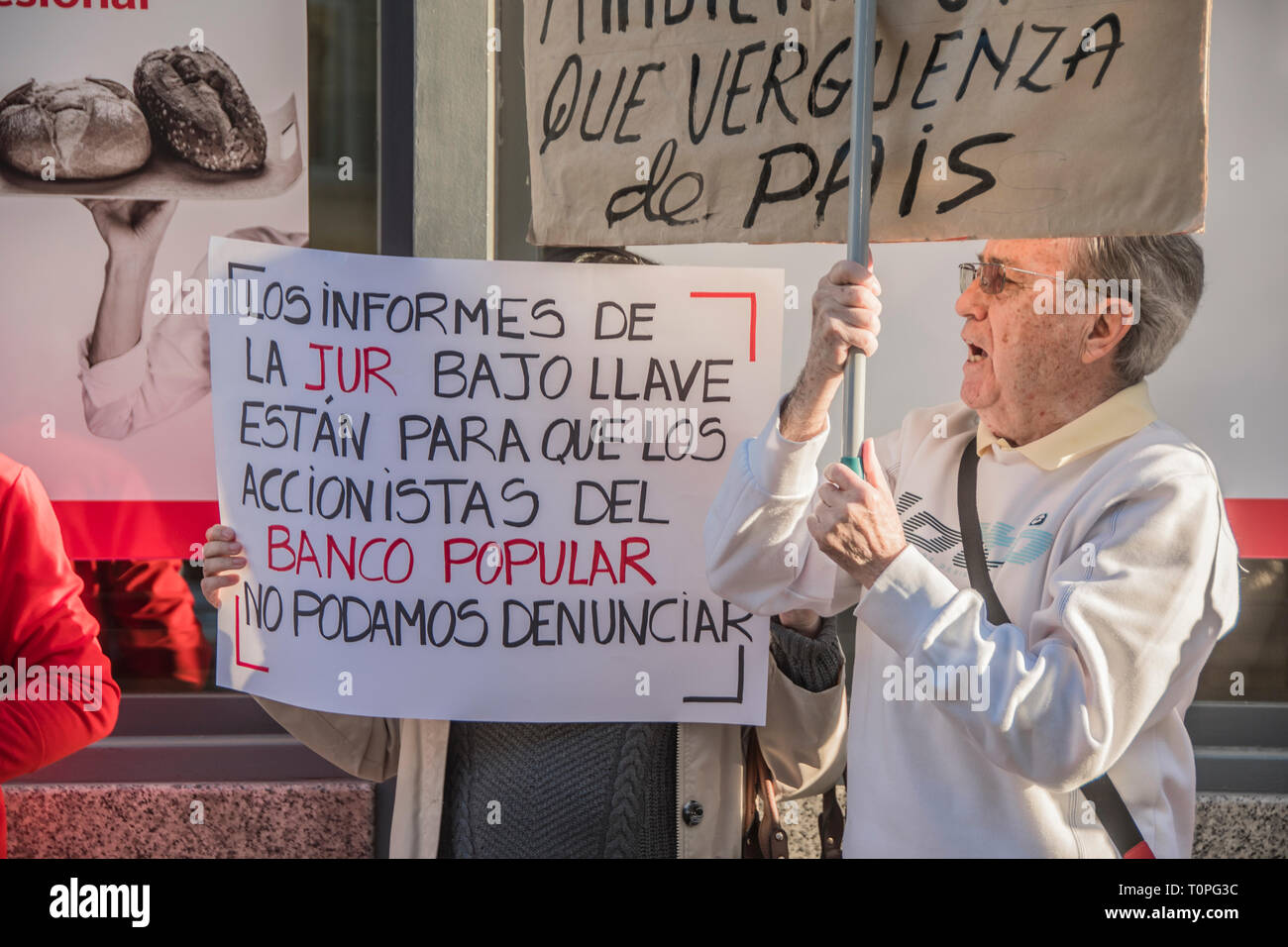 An elder man with a placard and the motto, what a shame of country. Demonstration against the popular bank, of the group of Santander bank by the small shareholders swindled in the year 2018. 305,000 shareholders lost all their money for the bankrupt of the popular bank. executed by the fraud of the group of Emilio Saracho with the bank of Spain. Credit: Alberto Sibaja Ramírez/Alamy Live News - Stock Image