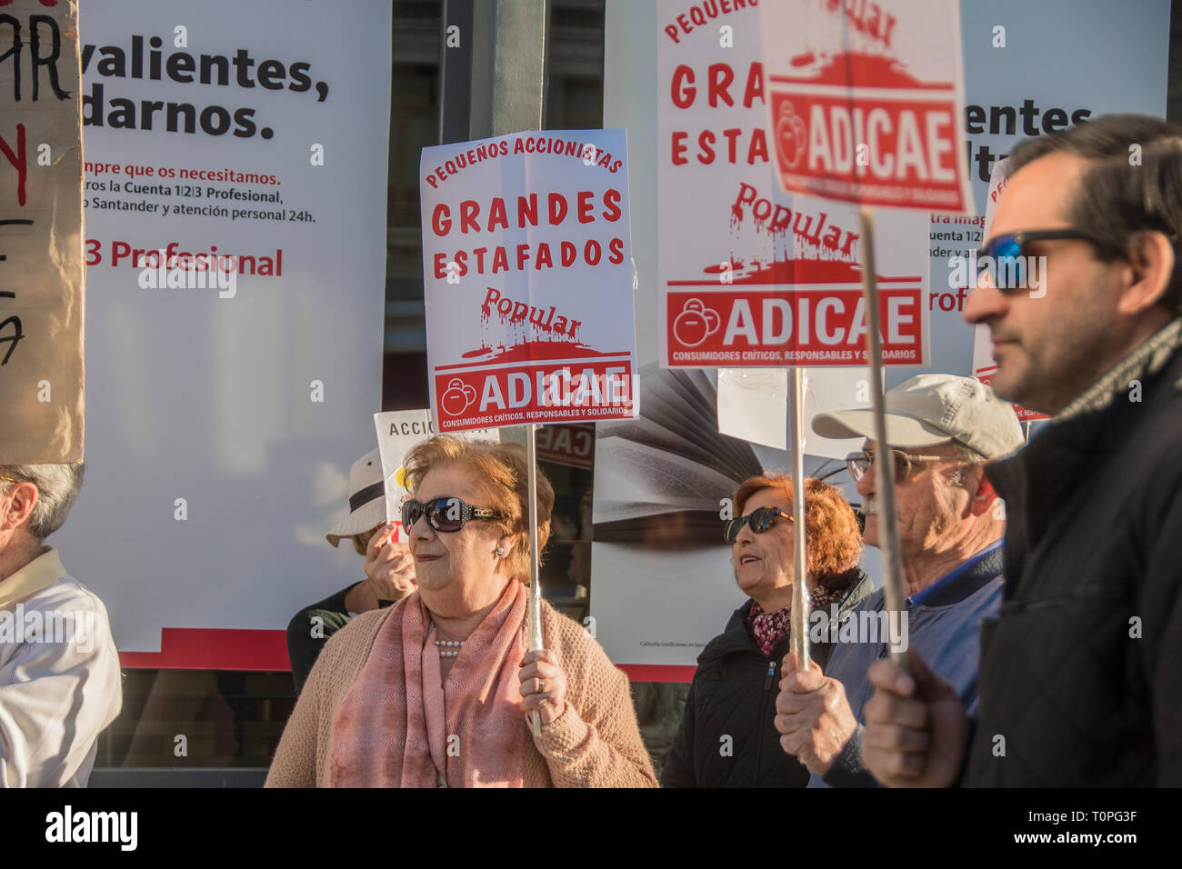 People screaming dont trust in banks they are the thieves they have all our  money. Demonstration against the popular bank, of the group of Santander bank by the small shareholders swindled in the year 2018. 305,000 shareholders lost all their money for the bankrupt of the popular bank. executed by the fraud of the group of Emilio Saracho with the bank of Spain. Credit: Alberto Sibaja Ramírez/Alamy Live News - Stock Image