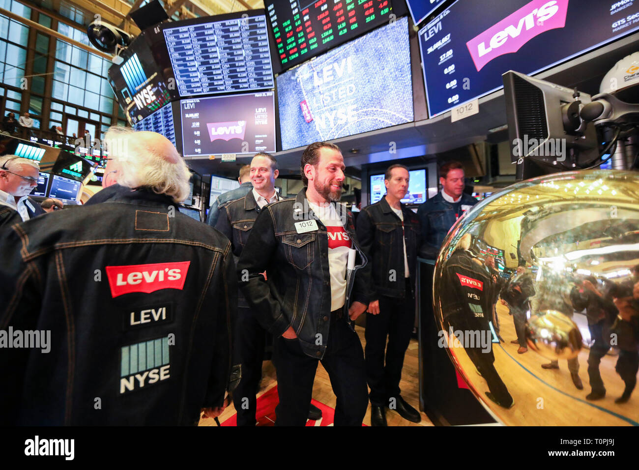 New York, USA. 21st Mar, 2019. Traders wearing denim clothing and jeans work at the New York Stock Exchange (NYSE) during the initial public offering (IPO) of Levi Strauss & Co., in New York, the United States, March 21, 2019. Blue jeans giant Levi Strauss & Co. began trading on the NYSE on Thurday. The 166-year-old company first went public in 1971, but has been private for the last 34 years. Credit: Wang Ying/Xinhua/Alamy Live News - Stock Image
