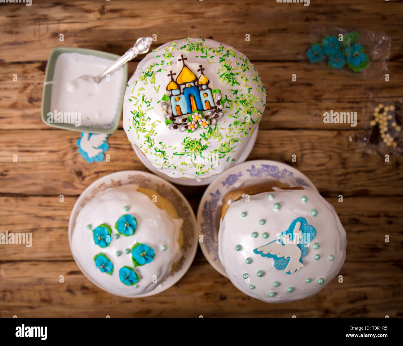Decorating cakes with sprinkles - Stock Image