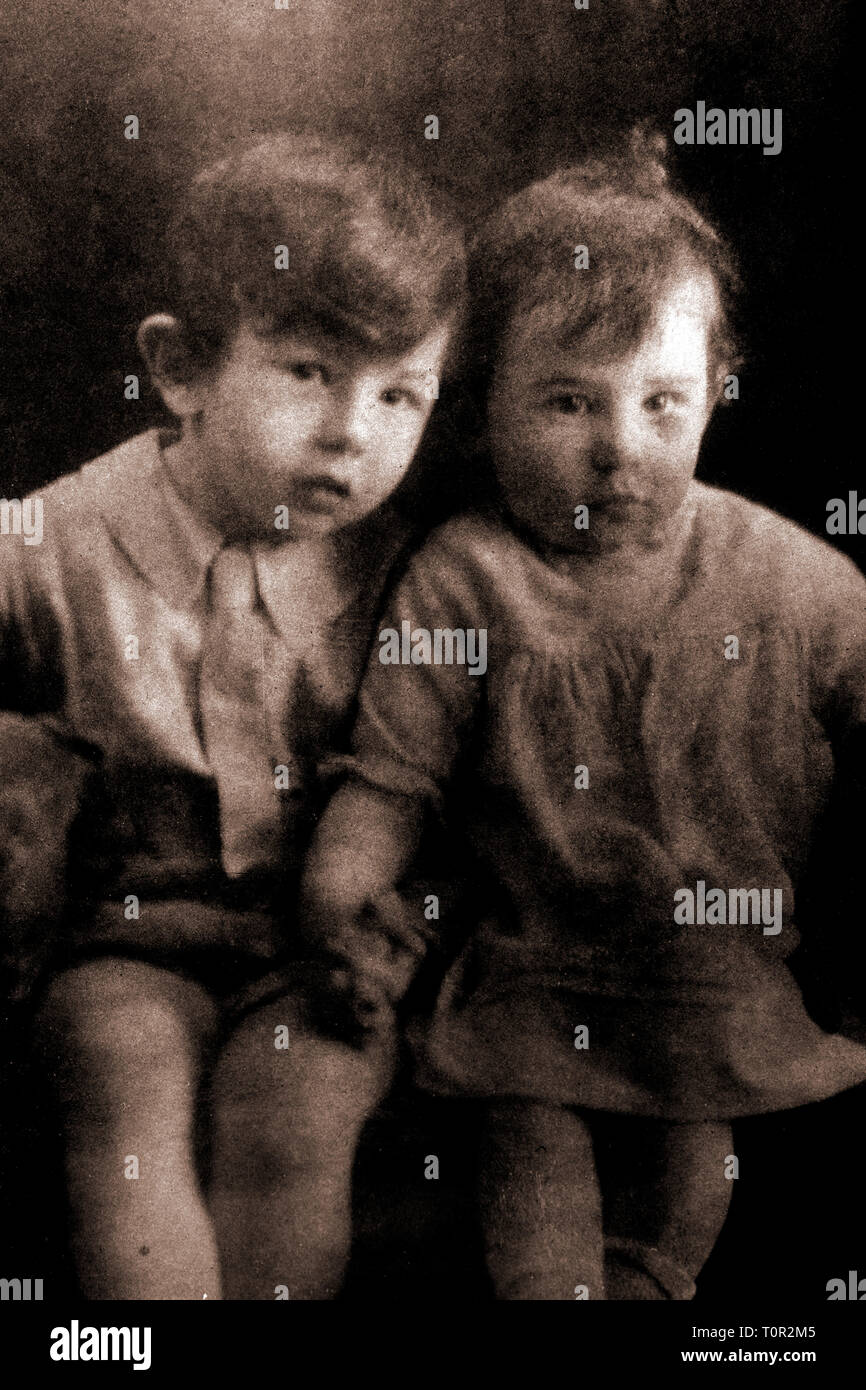 brother,and,child,boy,girl,sister,released,deceased,vintage,photograph,of,two,young,children,from,1920s, England, Uk, Stock Photo