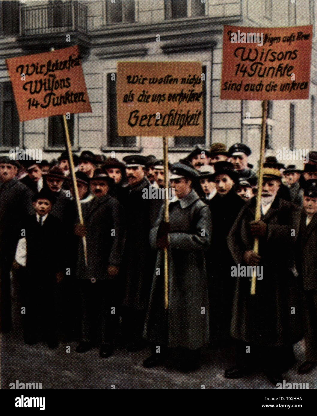 politics, demonstrations, demonstration for the Fourteen Points of American president Woodrow Wilson, Germany, November 1918, coloured photograph, cigarette card, series 'Die Nachkriegszeit', 1935, 14 points program, sign, signs, signboard, signboards, peace, German Reich, Third Reich, people, 20th century, 1930s, politics, policy, demonstration, demo, demonstrations, demos, president, presidents, coloured, colored, post war period, post-war period, post-war years, post-war era, historic, historical, Additional-Rights-Clearance-Info-Not-Available - Stock Image