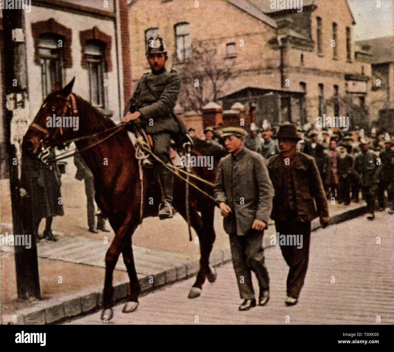 Riots in Central Germany, March 1921, mounted policeman with arrested looters, coloured photograph, cigarette card, series 'Die Nachkriegszeit', 1935, police, looter, looters, under arrest, arrest, arresting, detain, detaining, misery, hardship, Germany, German Reich, Weimar Republic, 1920s, 20th century, riot, riots, policeman, policemen, coloured, colored, post war period, post-war period, post-war years, post-war era, historic, historical, Additional-Rights-Clearance-Info-Not-Available - Stock Image