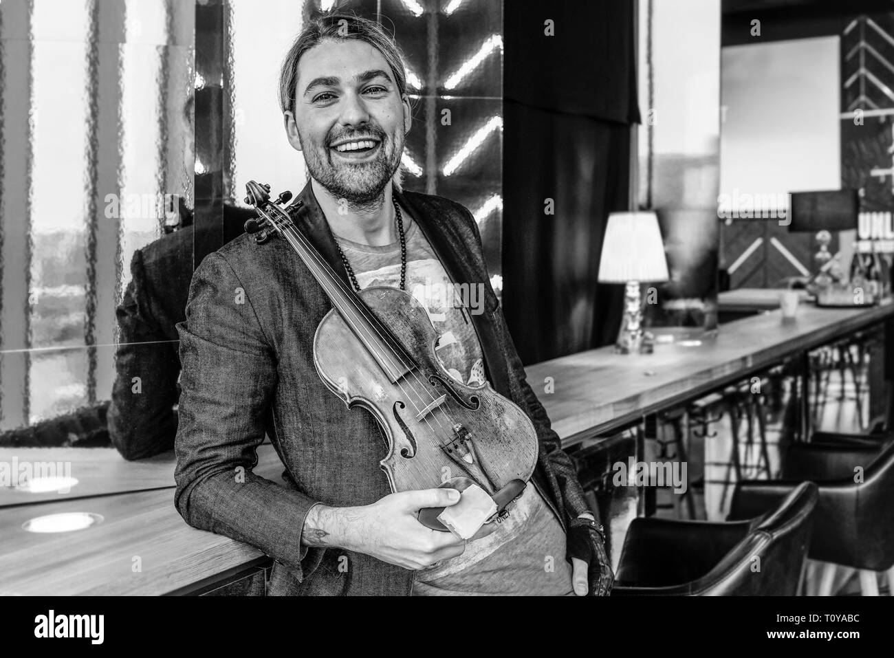 Berlin, Deutschland. 21st Mar, 2019. 21.03.2019, star violinist David Garrett presents his new crossover tour UNLIMITED - GREATEST HITS at the 260-degree bar in Berlin, with which he will perform in the capital. Portrait of the musician with his violin. | usage worldwide Credit: dpa/Alamy Live News - Stock Image