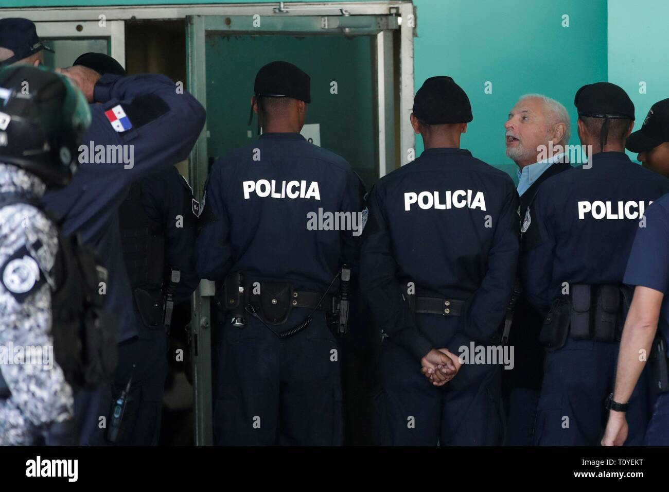 Panama City, Panama. 22nd Mar 2019. Police units guard former President of Panama, Ricardo Martinelli (3R), upon his arrival at the court of the Accusatory Criminal System for alleged eavesdropping and embezzlement in his mandate 2009 - 2014, in Panama City, Panama, 22 March 2019. Martinelli's trial is resumed after forensics determined that the depression he presented does not disable him to be in the audience. EFE/ Welcome Velasco Credit: EFE News Agency/Alamy Live News - Stock Image