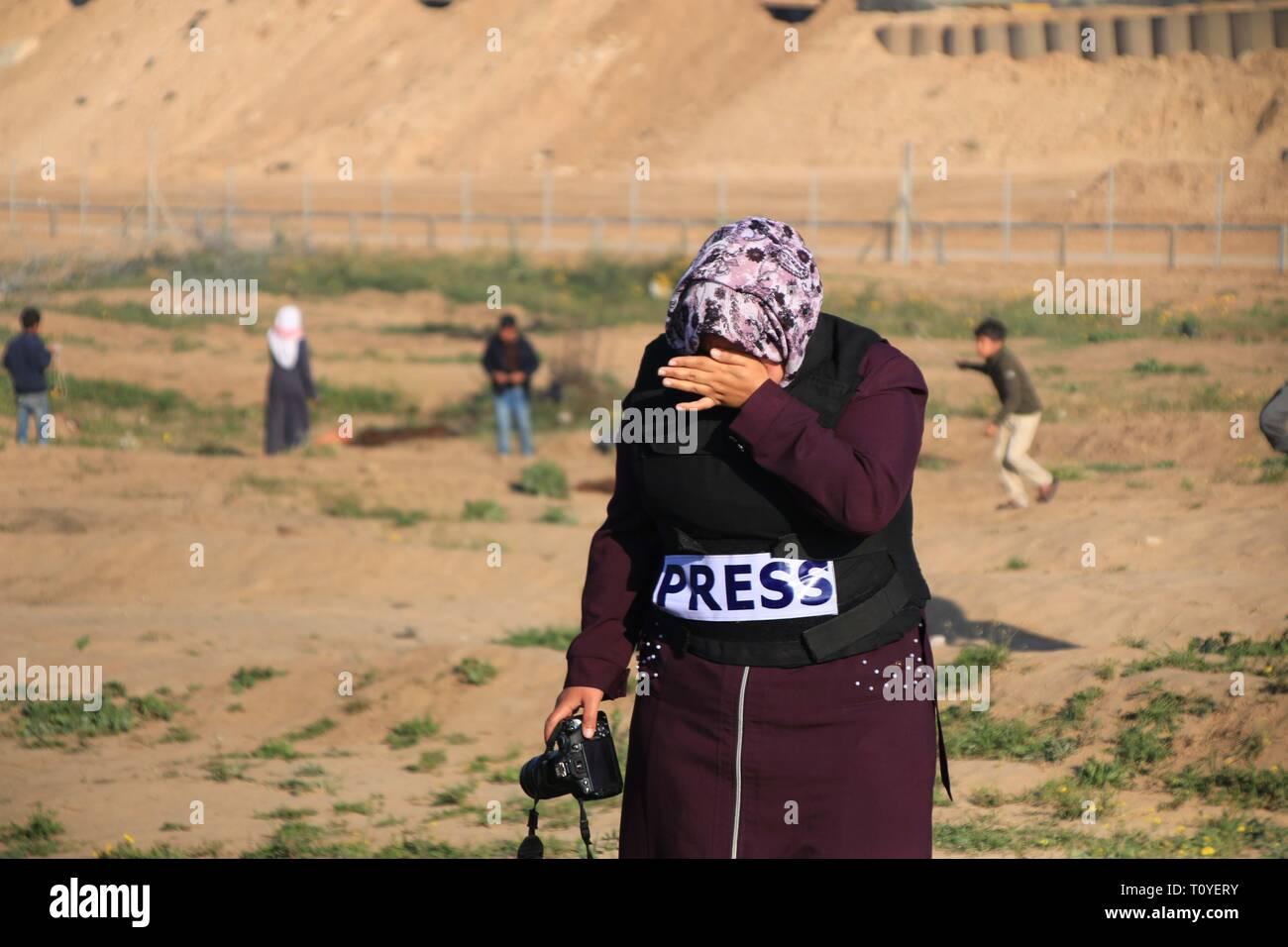 March 22, 2019 - Al-Buraj Refugee Camp, The Gaza Strip, Palestine - Clashes between Palestinians and Israeli troops at al-Buraj refugee camp in central of the Gaza Strip, Palestinian Health Ministry in Gaza confirmed that 30 Palestinians were shot and injured with Israeli live fire, while dozens of others suffered from tear-gas inhalation, including a number of health workers. Credit: Mahmoud Khattab/Quds Net News/ZUMA Wire/Alamy Live News - Stock Image