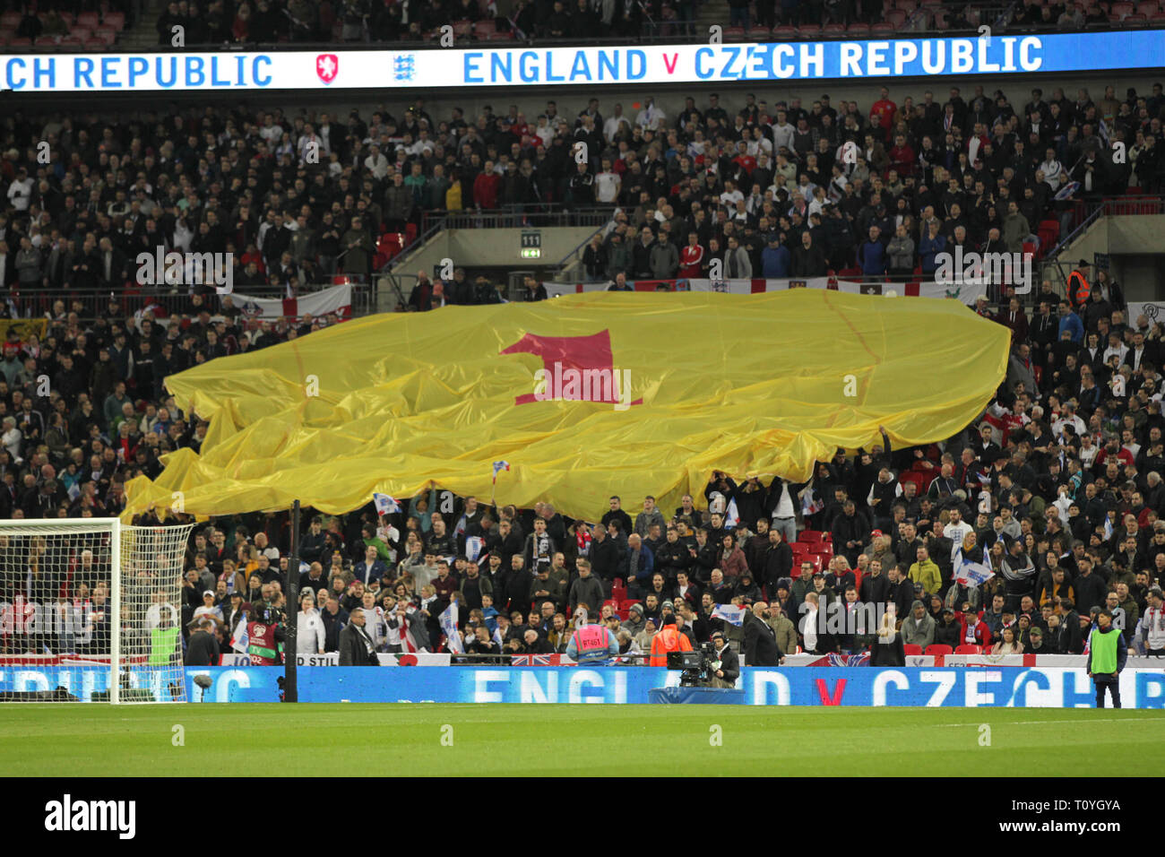 London, UK. 22nd Mar, 2019. Tributes to former England goalkeeper Gordon Banks before the UEFA Euro 2020 Qualifying Group A match between England and Czech Republic at Wembley Stadium on March 22nd 2019 in London, England. (Photo by Matt Bradshaw/phcimages.com) Credit: PHC Images/Alamy Live News - Stock Image