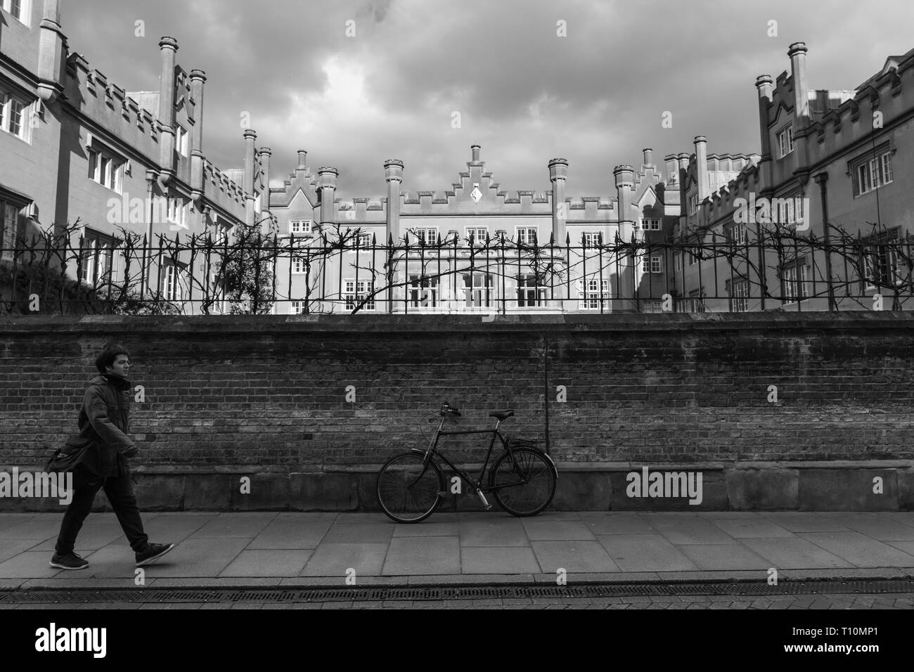 Cambridge, UK - March 14 2019: Parked bike and person walking outside Sidney Sussex College which is a member of the Univarsity of Cambridge, Cambridg - Stock Image
