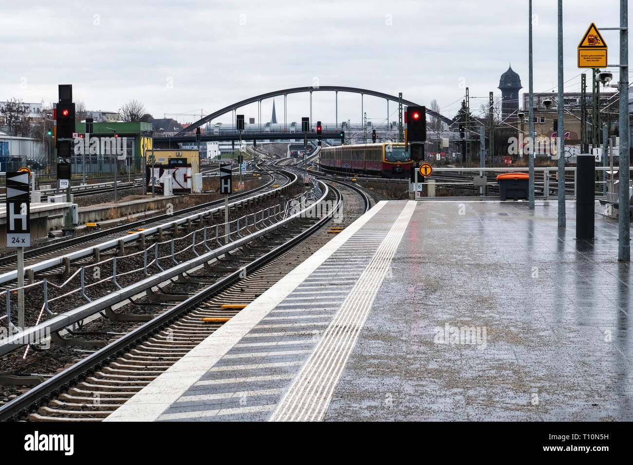 Berlin, Friedrichshain. Warschauer Strasse S-Bahn railway station,Platform and rail tracks - Stock Image