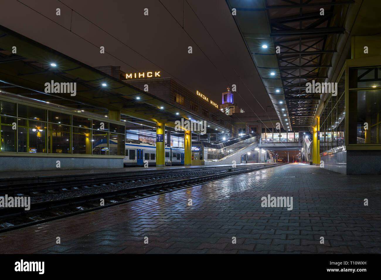 Minsk central railway station at night - Stock Image