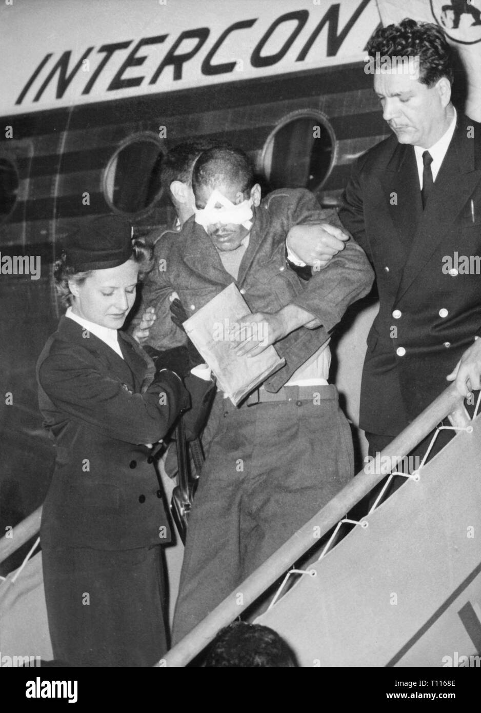 Indochina War 1946 - 1954, Battle of Dien Bien Phu, 13.3. - 7.5.1954, arrival seriously wounded soldiers at airport Orly, Paris, 5.5.1954, evacuation, evacuations, casualty, casualties, hurt, stewardess, air hostess, stewardesses, air hostesses, flight attendant, aircraft, gangway, steps, aid, military, wars, Indochina, France, colonial war, people, 20th century, 1950s, battle, battles, soldiers, soldier, airport, airports, historic, historical, paratroop, paratroops, paratrooper, Para, paratroopers, Paras, airborne forces, Additional-Rights-Clearance-Info-Not-Available - Stock Image