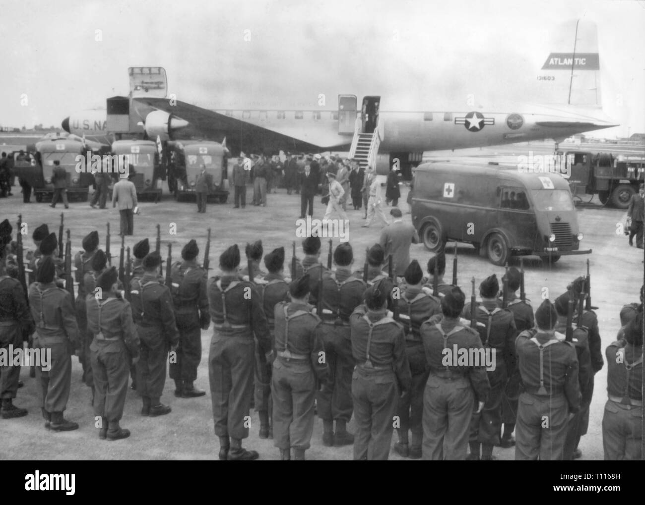 Indochina War 1946 - 1954, Battle of Dien Bien Phu, 13.3. - 7.5.1954, arrival seriously wounded soldiers at airport Orly, Paris, 3.7.1954, evacuation, evacuations, casualty, casualties, soldiers, soldier, military, guard of honour, guard of glory, military honour, welcoming, aircraft, USA, United States of America, US Air Force, wars, Indochina, France, colonial war, people, 20th century, 1950s, battle, battles, airport, airports, historic, historical, Additional-Rights-Clearance-Info-Not-Available - Stock Image