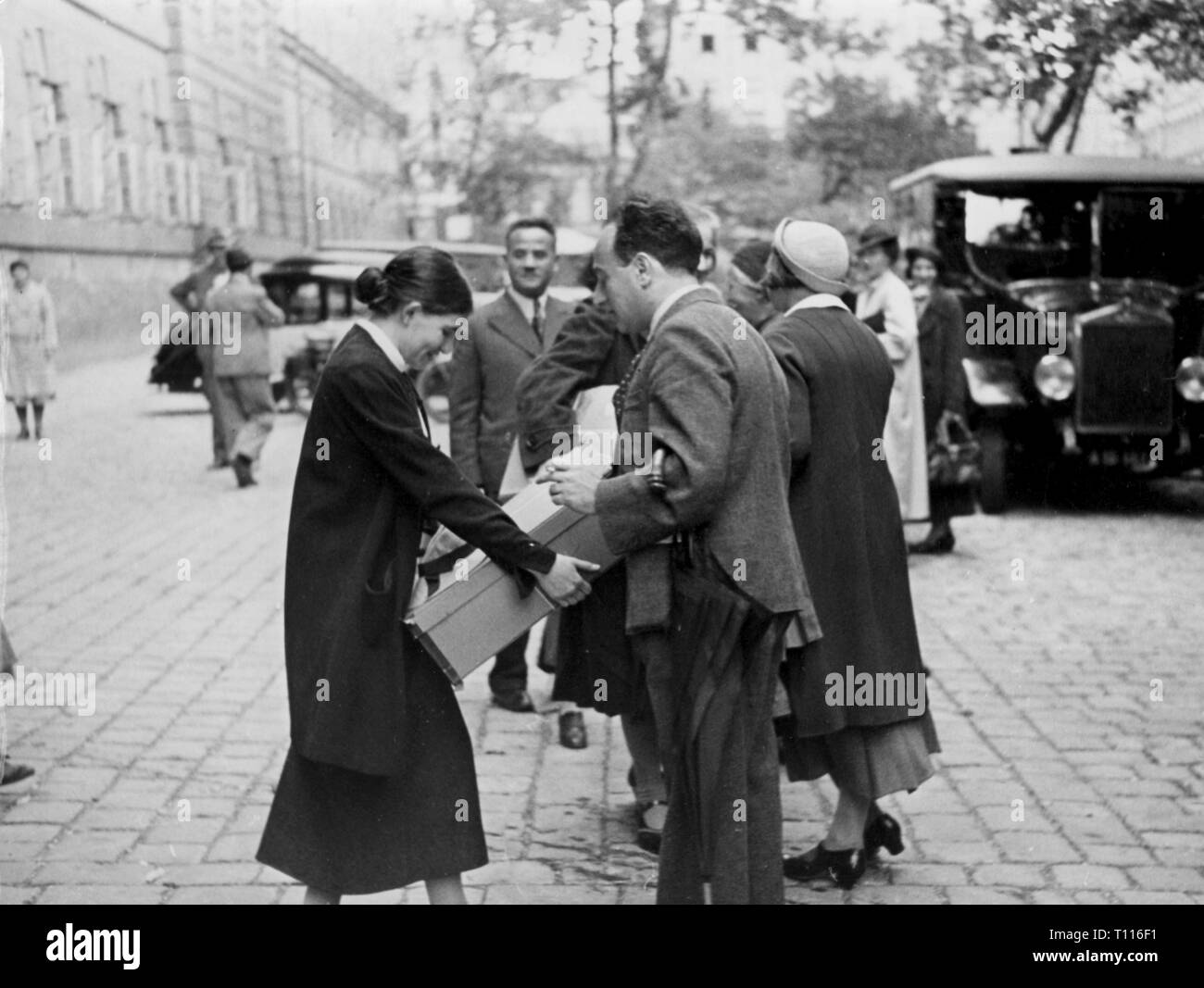justice, penitentiary system, detention, dismissal of arrested National Socialists, by Federal President William Miklas remitted amnesty based on the German-Austrian agreement, prisoners are awaited by their relatives, Vienna, 23.7.1936, Additional-Rights-Clearance-Info-Not-Available - Stock Image