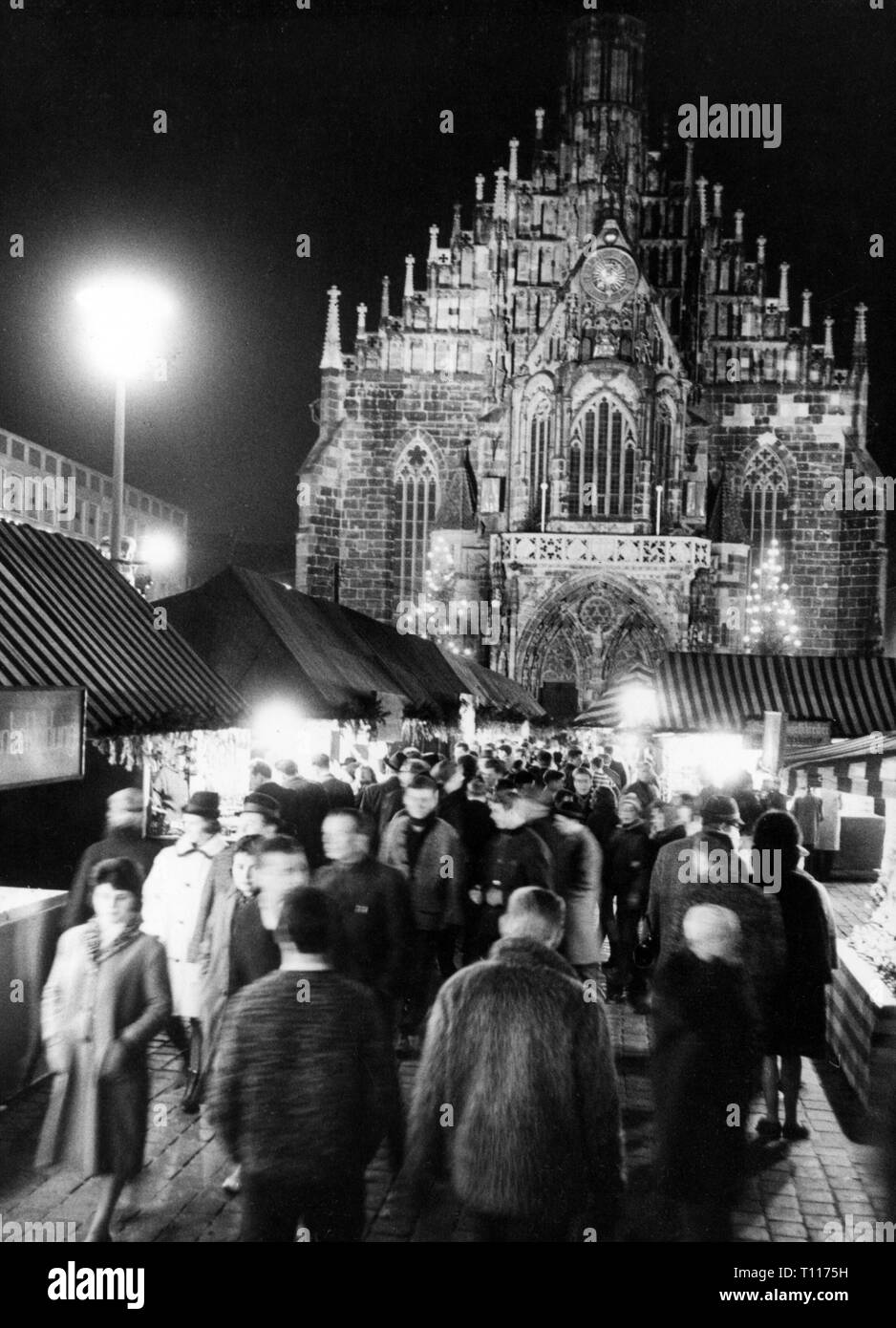 Christmas, Christmas markets, Nuremberg Christmas market, booths, behind the illuminated Frauenkirche (Church of Our Lady), December 1963, Additional-Rights-Clearance-Info-Not-Available - Stock Image