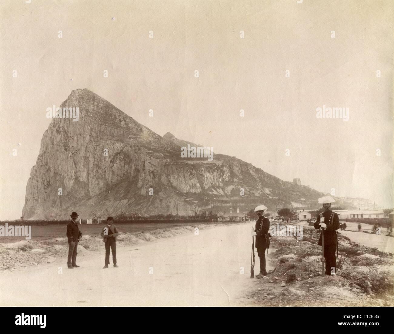 Gibraltar. El Peñón y guardias en la playa con hombres. - Stock Image