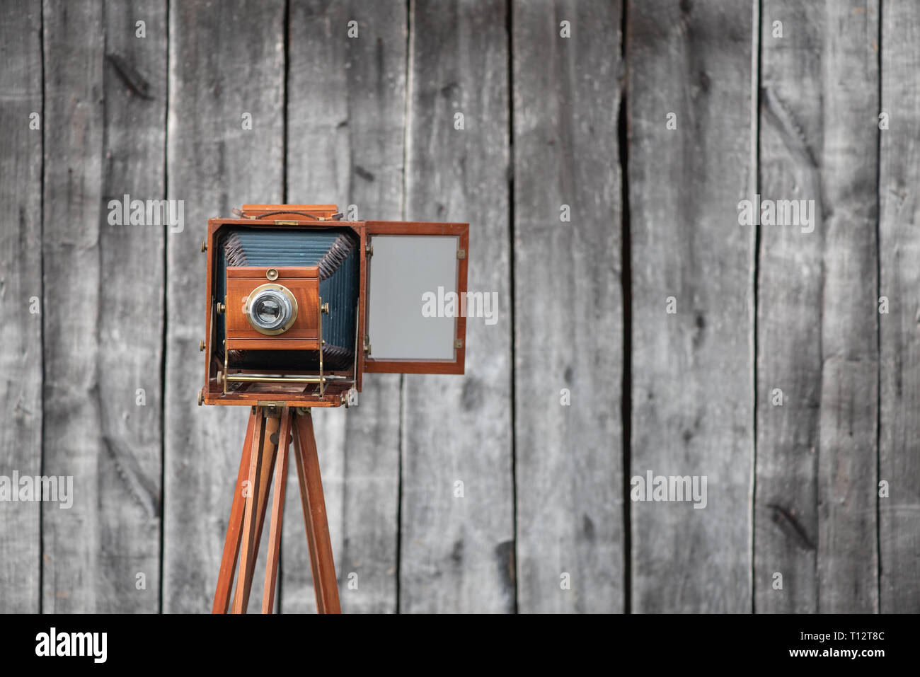 Retro large format camera on tripod. Concept - photography of the 1930s-1950s. - Stock Image