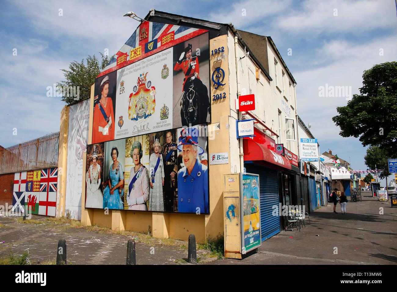 britische Fahne und Portrait der britischen Koenigin Elizabeth II - Wandbild/ Mural, das an den Buergerkrieg erinnert , im protestantischen Teil Belfa - Stock Image