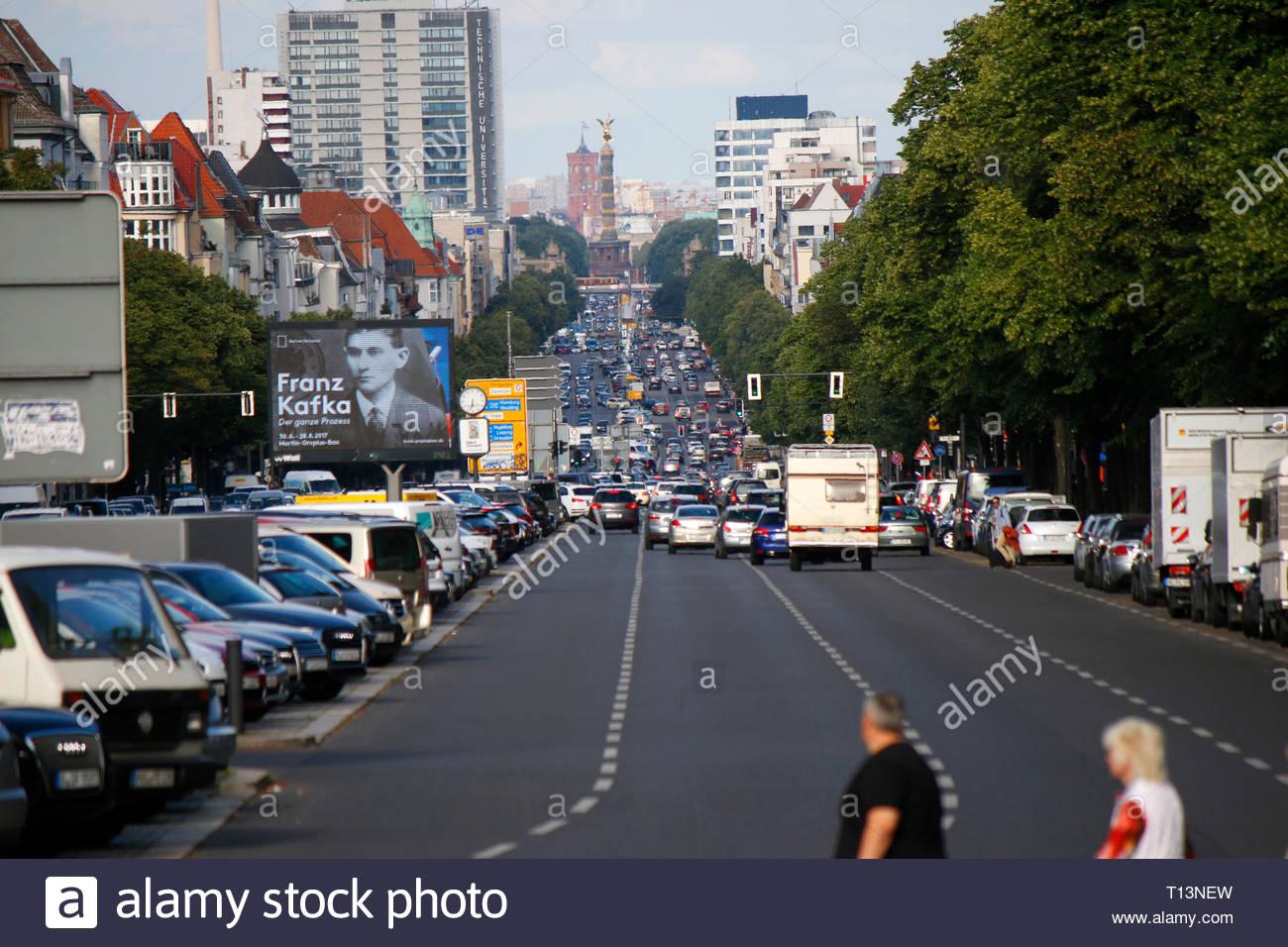 Fussgaenger, Strassenverkehr, Heerstrasse, Berlin-Charlottenburg. - Stock Image