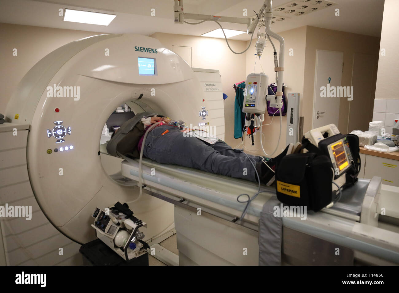 Suhl, Germany. 23rd Mar, 2019. In the SRH Zentralklinikum doctors examine an actor who mimics an injured person in a computer tomograph. During a large-scale exercise in the Berg Bock tunnel of the Autobahn 71 with around 600 participants from the fire brigade, rescue service, ambulance and care trains and the police, the rescue, salvage and care of many injured persons after a serious traffic accident is practiced. Credit: Bodo Schackow/dpa-Zentralbild/ZB/dpa/Alamy Live News Stock Photo