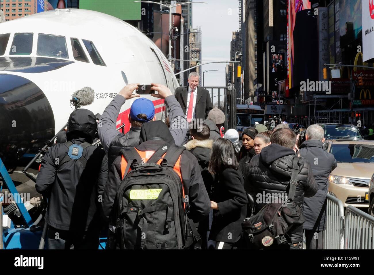 Times Square, New York, USA, March 23, 2019 - Mayor Bill de Blasio, CEO and Managing Partner of MCR Tyler Morse, and Hotel Trades Council President Peter Ward helps celebrate the TWA Hotel Project, including the restoration of the 1958 Lockheed Constellation plane Connie today in Times Square, Manhattan Photo: Luiz Rampelotto/EuropaNewswire | usage worldwide - Stock Image