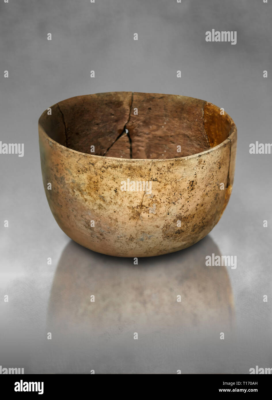 Neolithic terracotta bowl. Catalhoyuk collection, Konya Archaeological Museum, Turkey. Against a grey background - Stock Image