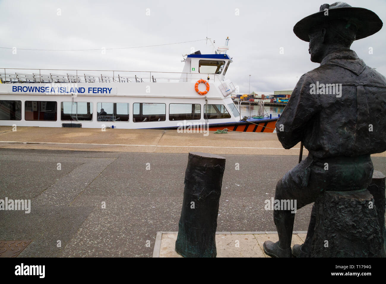 Robert Baden-Powell statue looks over to the Brownsea Island Ferry. Brownsea Island is where he first tested a youth scout camp. - Stock Image