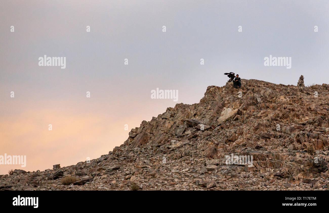 bayan Ulgii, Mongolia, 30th September 2015: kazak eagle hunter with his eagle in the mountains Stock Photo
