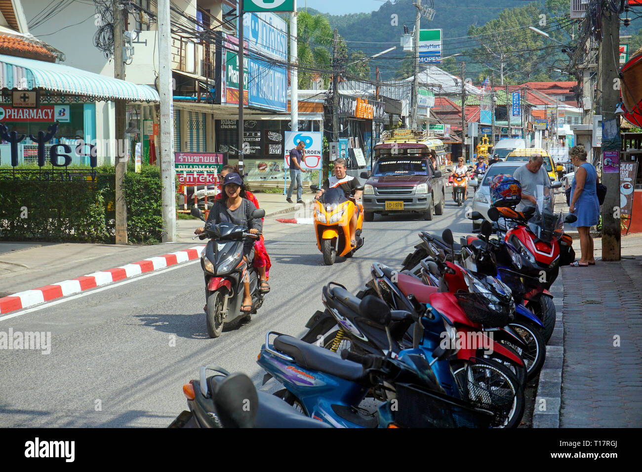 Motor scooter and share taxi 'Songthaew' at Lamai Beach, Koh Samui, Surat Thani, Gulf of Thailand, Thailand - Stock Image