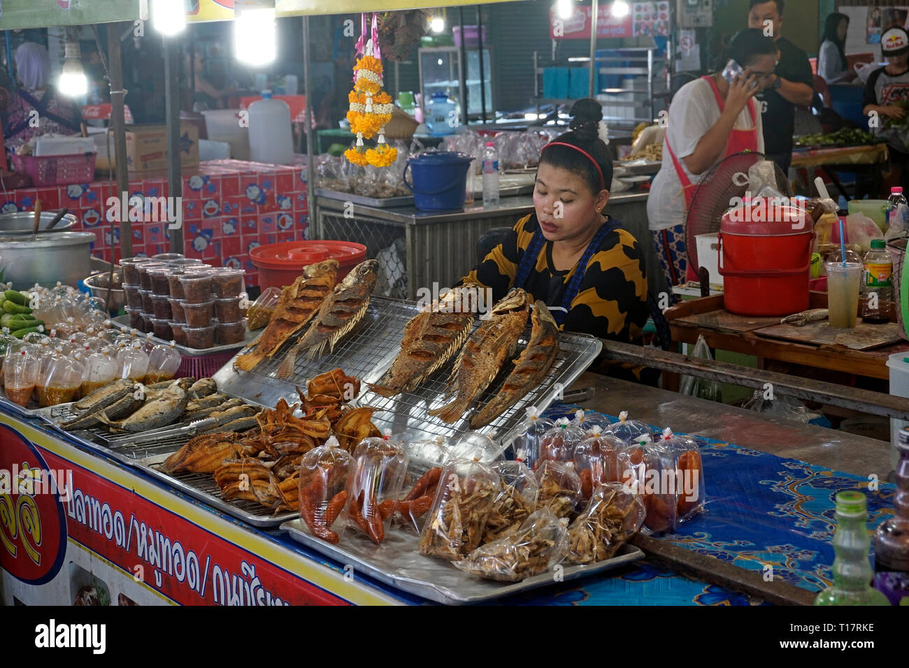 Thai woman sells fresh cooked food at Lamai market, Lamai center, Koh Samui, Surat Thani, Gulf of Thailand, Thailand - Stock Image