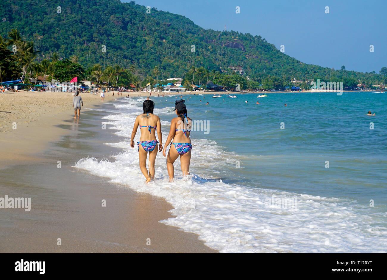 Two girls strolling at Lamai Beach on Koh Samui, Gulf of Thailand, Thailand - Stock Image
