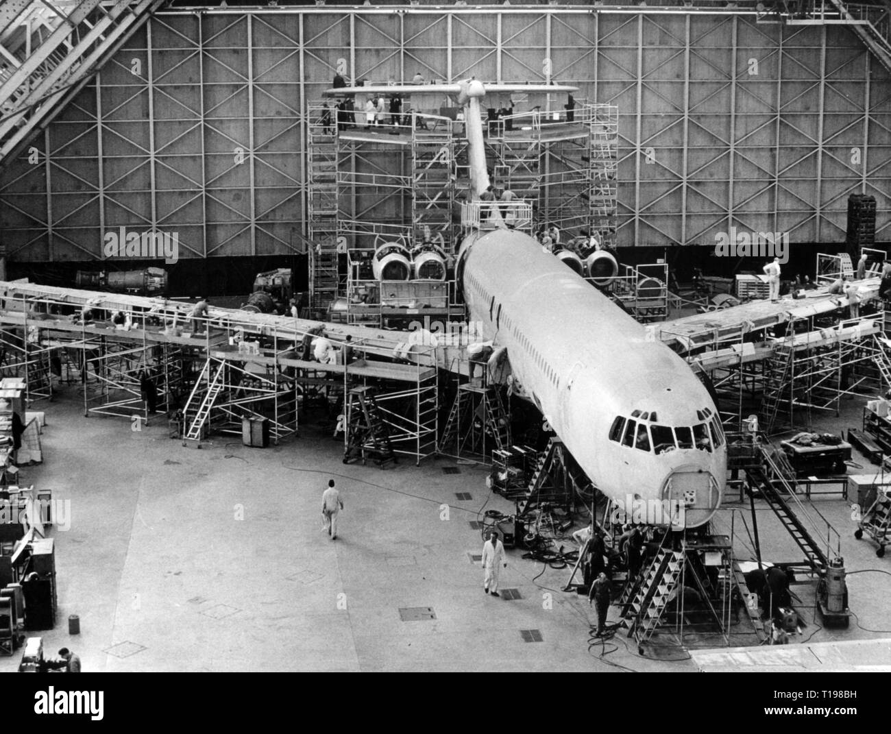 industry, aviation industry, Vickers-Armstrongs Limited, final assembly of a Vickers VC10, factory in Weybridge, Surrey, England, 9.2.1962, Additional-Rights-Clearance-Info-Not-Available - Stock Image