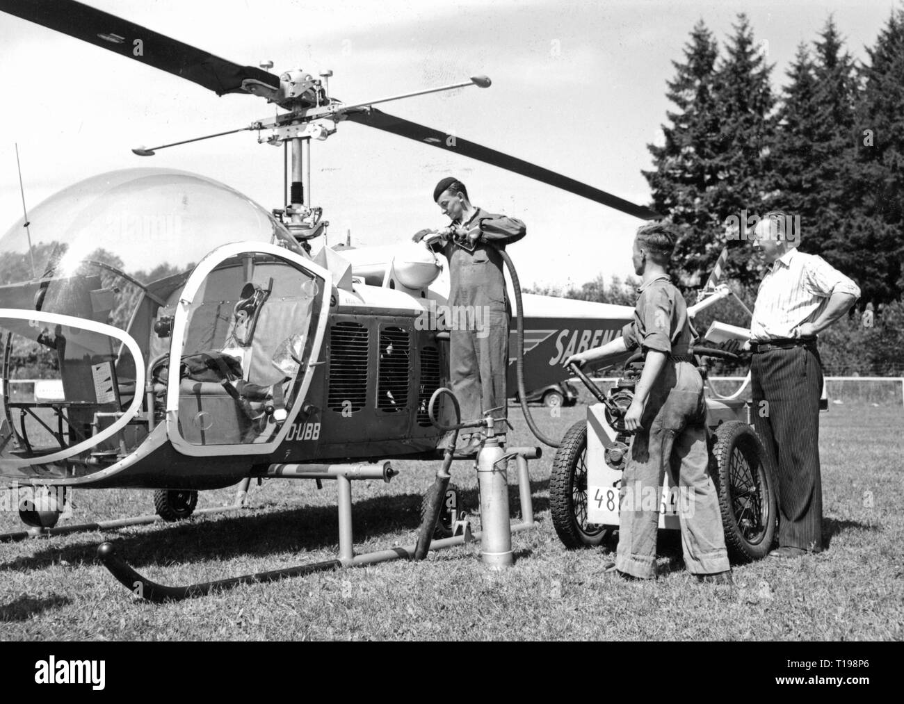 mail, airmail, helicopter Bell 47 D in the postal service of the Sabena, fuelling, Belgium, 1950, Additional-Rights-Clearance-Info-Not-Available - Stock Image