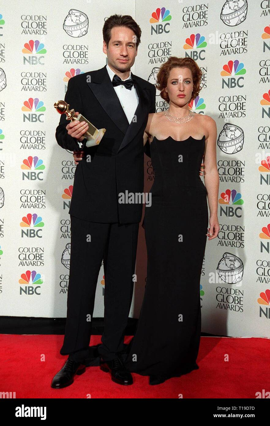 LOS ANGELES, CA - January 18, 1998: 'X-Files' stars DAVID DUCHOVNY & GILLIAN ANDERSON at the Golden Globe Awards where their show won Best TV Drama Series. - Stock Image