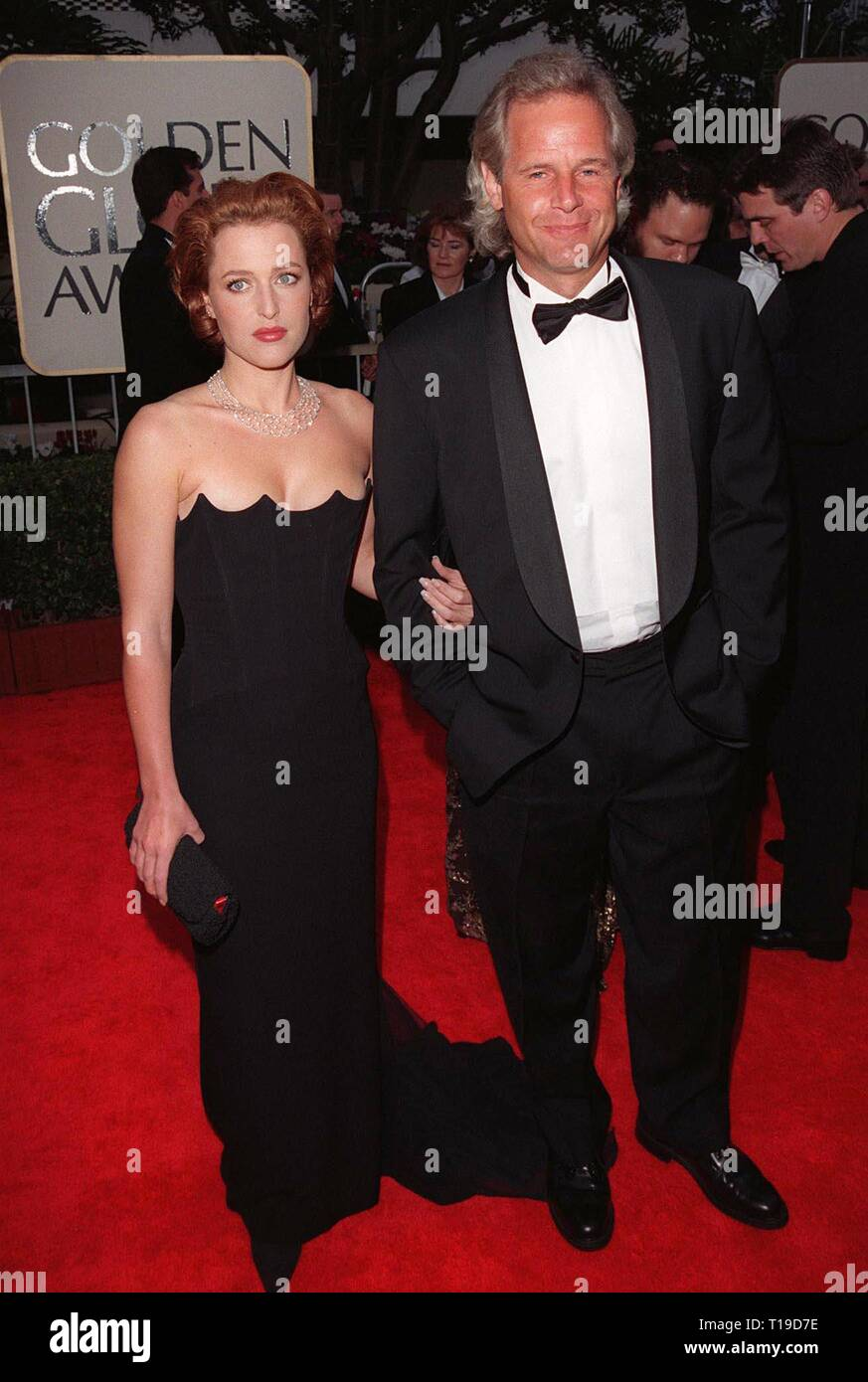 LOS ANGELES, CA - January 18, 1998: Actress GILLIAN ANDERSON & 'X-Files' creator CHRIS CARTER at the Golden Globe Awards. - Stock Image
