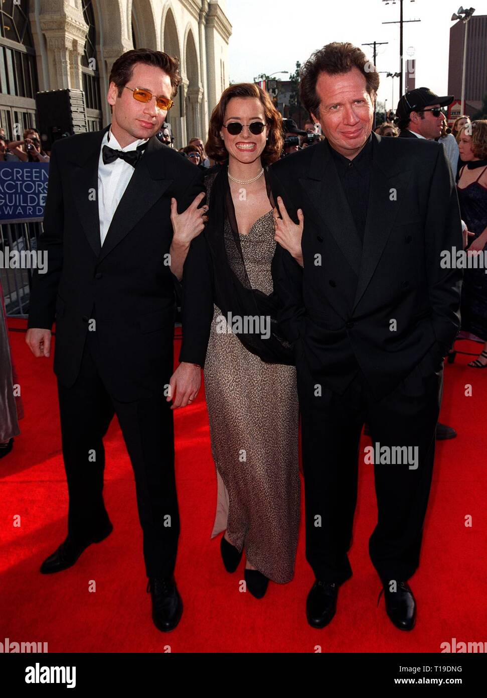 LOS ANGELES, CA - March 8, 1998: 'X-Files' star DAVID DUCHOVNY & wife TEA LEONI with actor GARRY SHANDLING (right) at the Screen Actors Guild Awards in Los Angeles. - Stock Image
