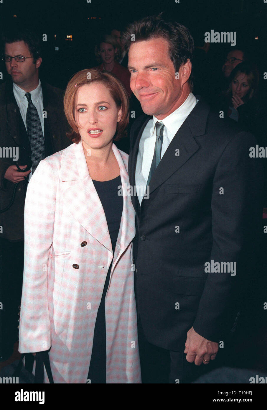 LOS ANGELES, CA - December 10, 1998: 'X-Files' star GILLIAN ANDERSON & actor DENNIS QUAID at world premiere of their new movie 'Playing by Heart' in which they star with Sean Connery.  © Paul Smith / Featureflash - Stock Image
