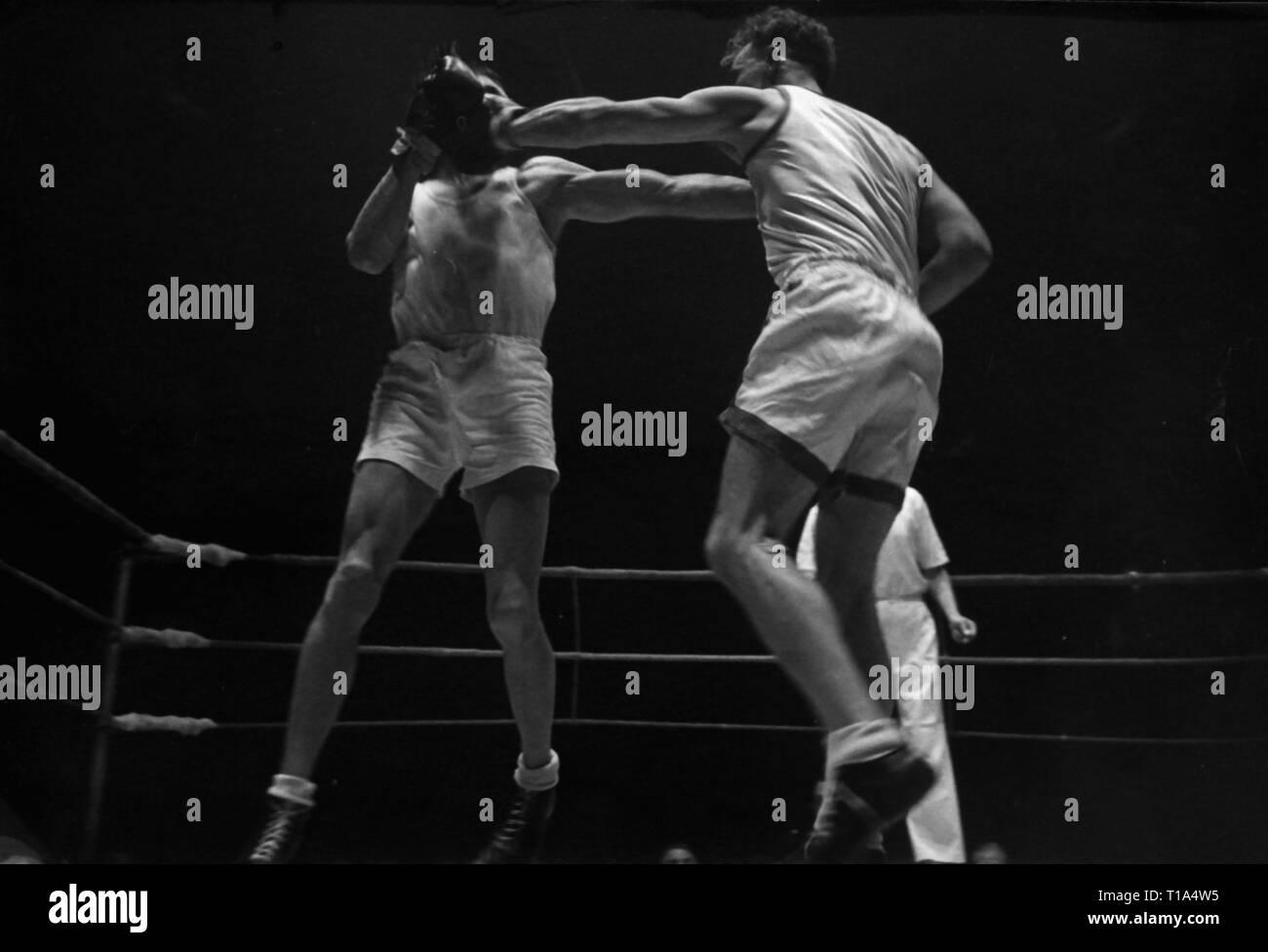 sports, boxing, boxing match John Ryan (Great Britain) against Victor Joergensen (Denmark), European amateur welterweight championship, K. B. Hallen, Copenhagen, 18.10.1947, Additional-Rights-Clearance-Info-Not-Available - Stock Image