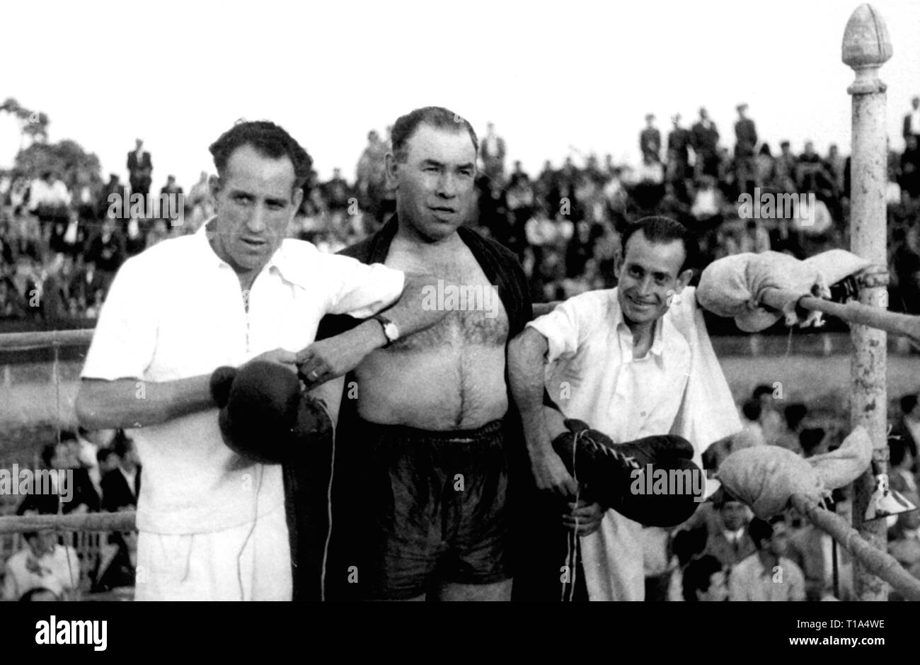 sports, boxing, boxing match Paulino Uzcudun against Rodolfo Diaz, shortly before the fight, Uzcudun gets the gloves tied up, San Lorenzo de El Escorial, Spain, 1.9.1946, Additional-Rights-Clearance-Info-Not-Available - Stock Image