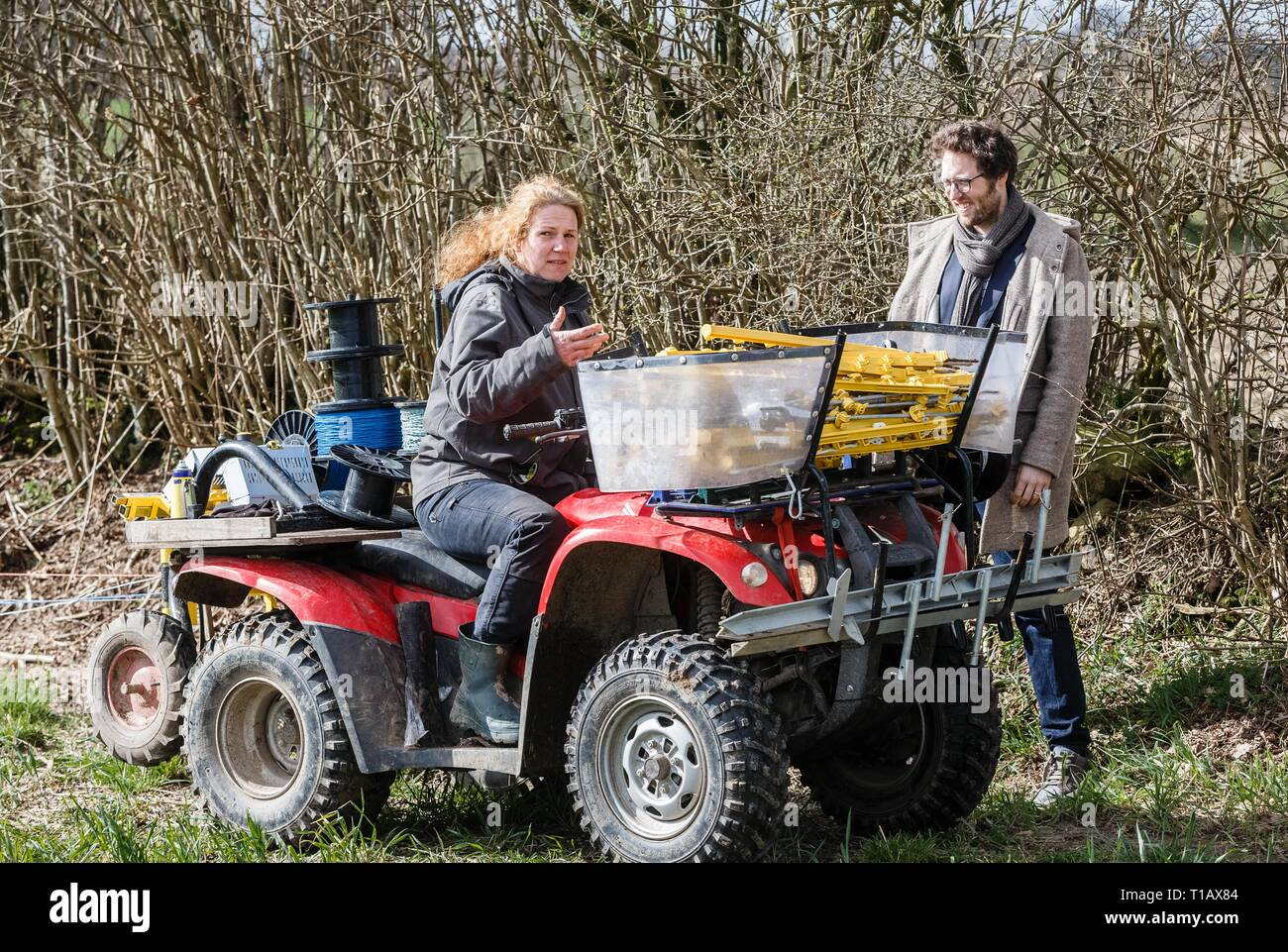 25 March 2019, Schleswig-Holstein, Fahrdorf: Professional shepherd Uta Wree explains Jan Philipp Albrecht (Bündnis90/Grüne), Minister of Agriculture in Schleswig-Holstein, her mobile winding system for electric fences, which is now being tested for wolf defence. Photo: Markus Scholz/dpa - Stock Image