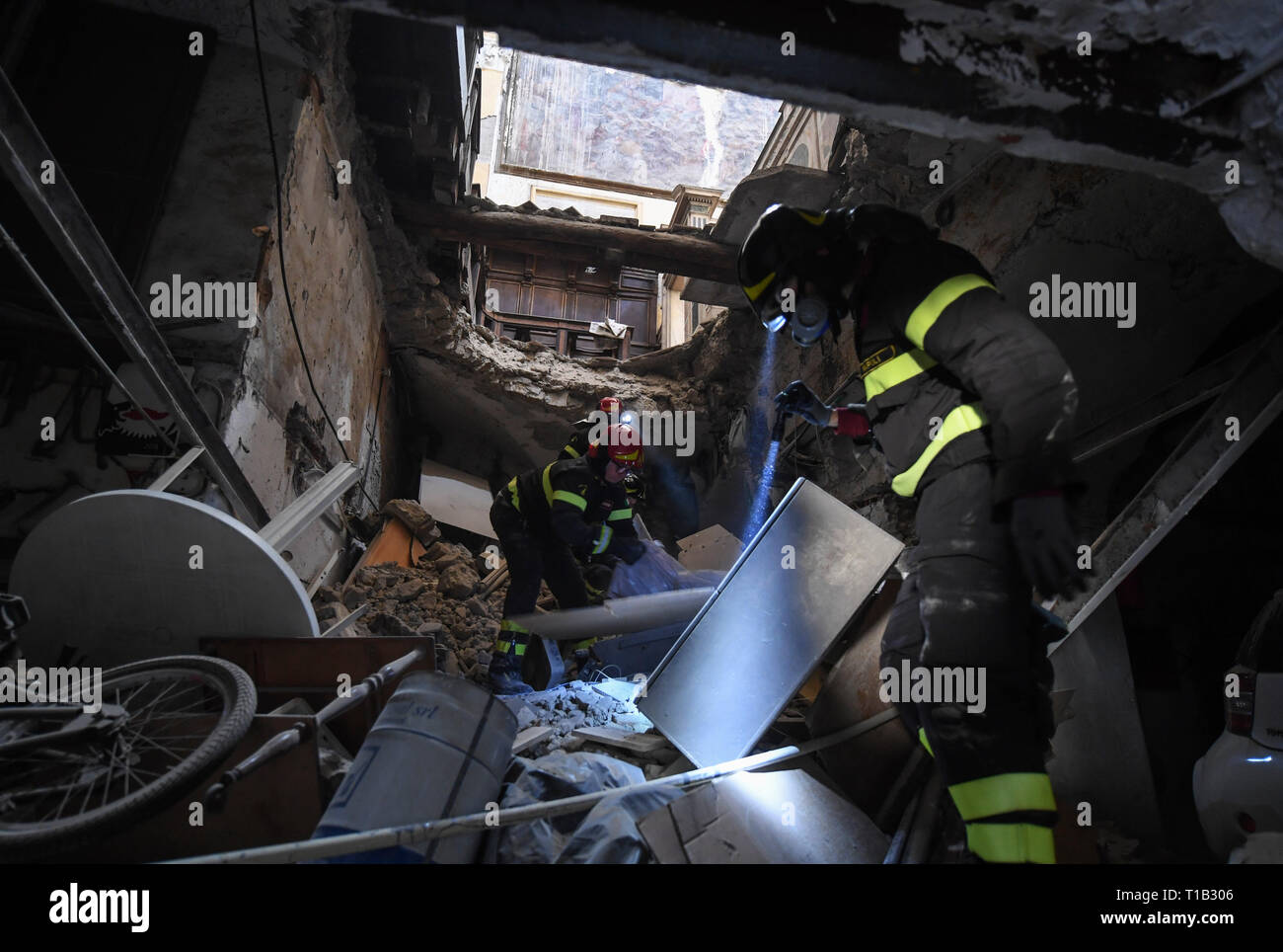 Naples, Italy. 25th Mar 2019. Intense work, with the support of the Fire Brigade, made it possible to recover the remains underlying the plaque dedicated to the co-founder of the monumental complex of the Incurables Maria D'Ayerba. After the collapse occurred at dawn on Sunday 24 March 2019 in the church of Santa Maria del Popolo degli Incurabili (year 1530), the remains had in fact remained among the debris below the large tombstone. 25/03/2019, Naples, Italy Credit: Independent Photo Agency Srl/Alamy Live News Stock Photo