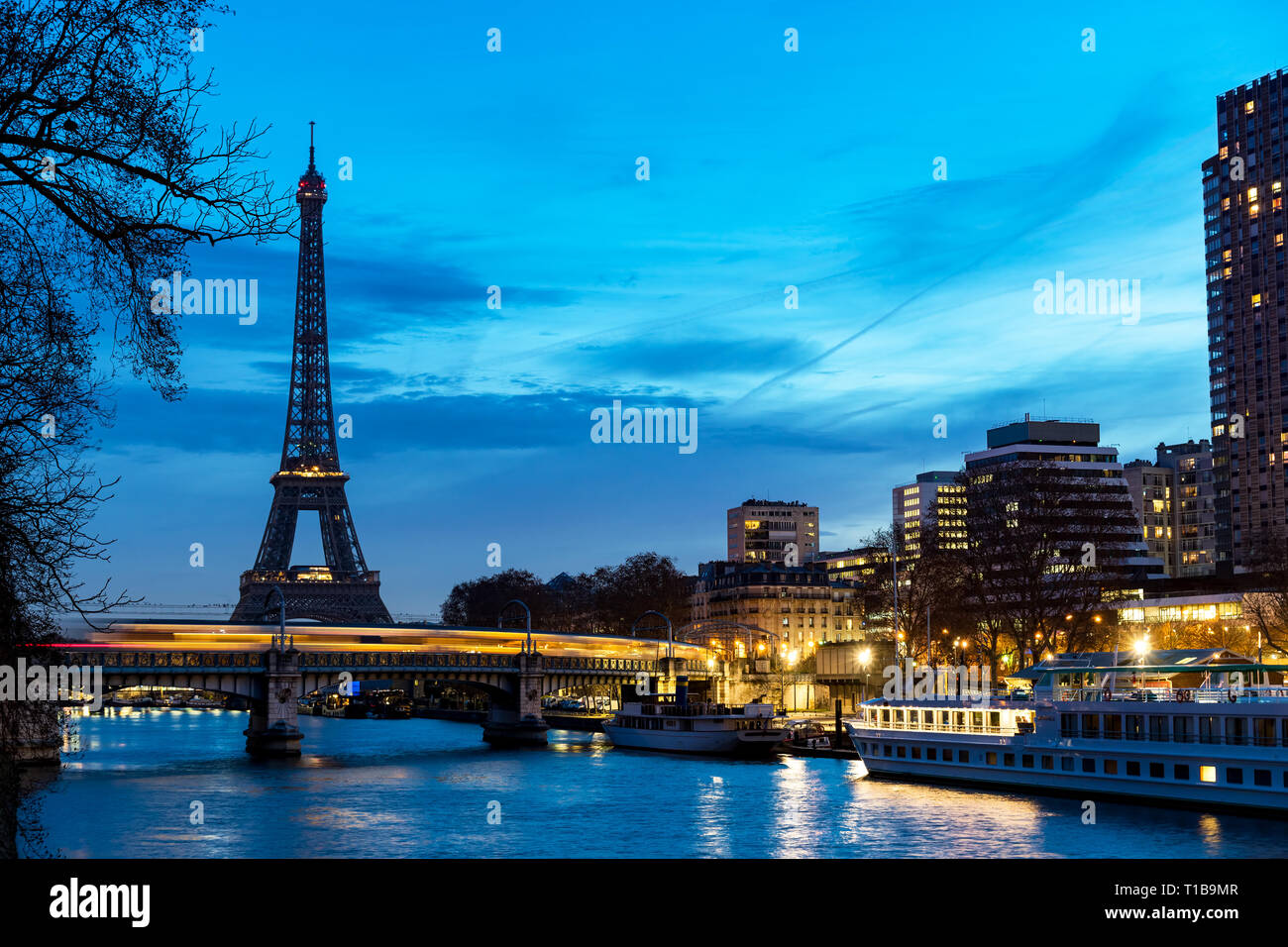Train traffic on Pont Rouelle and Eiffel tower at dawn - Paris Stock Photo
