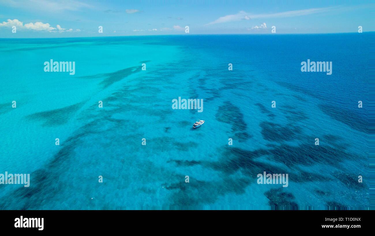 Aerial view, diving boat at Bahama Banks, Bahamas, Atlantic ocean, Caribbean - Stock Image