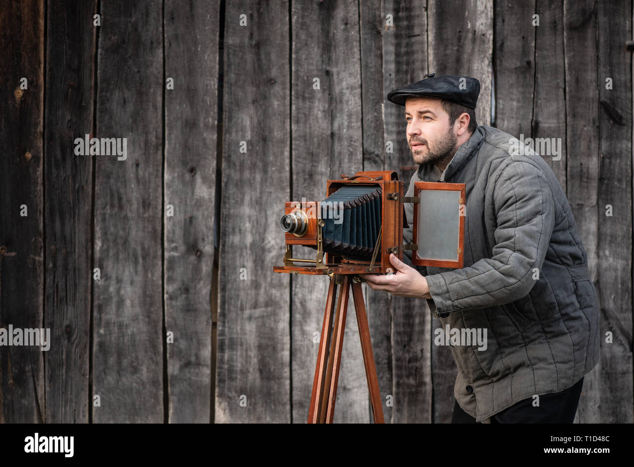 Old fashioned photographer works with large format camera. Idea - photography of the 1930s-1950s - Stock Image