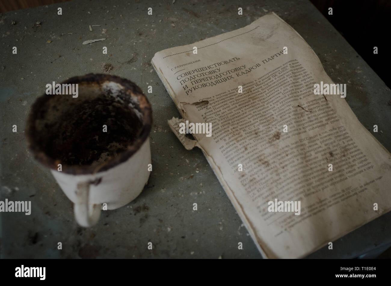Vergessenes Buch und Tasse - Stock Image