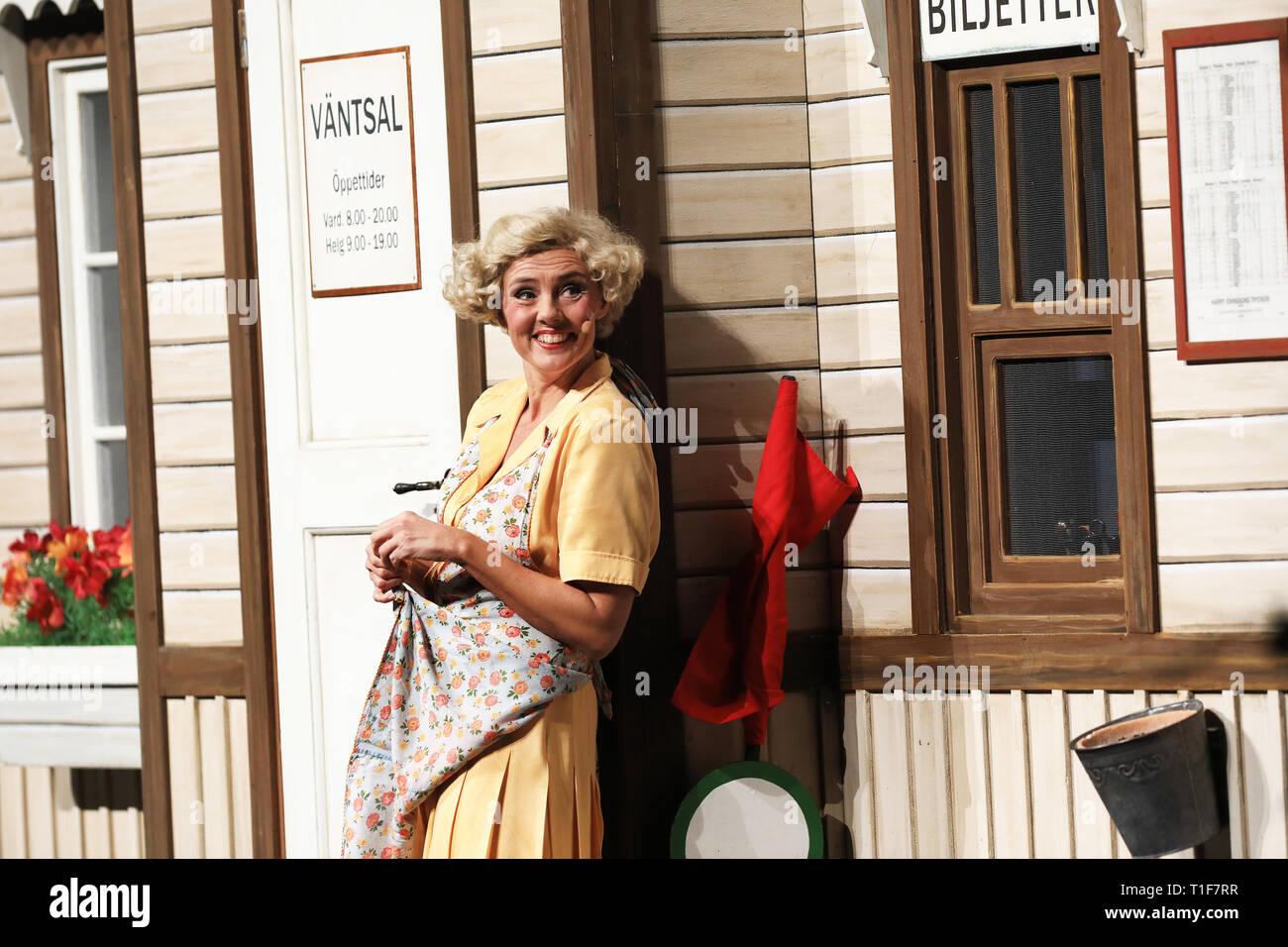 """LINKÖPING 20171015  Anna Carlsson som Fabians syster, Ulla-Britta Bom, i föreställningen """"Soldat Fabian Bom"""" från Friluftsteatern Vallarna, i Konsert och Kongress. Foto Jeppe Gustafsson Stock Photo"""
