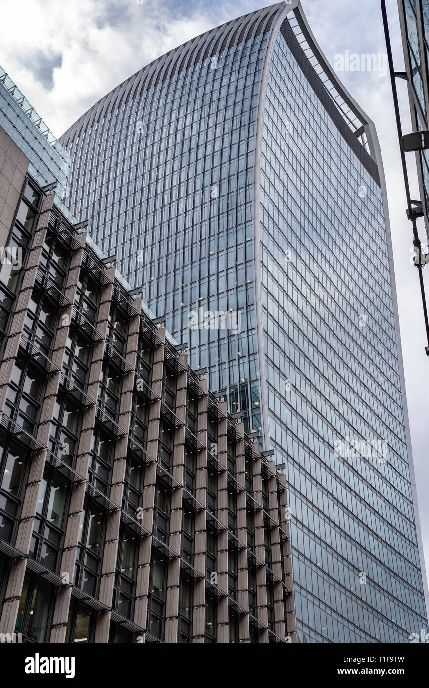 Rafael Vinoly's 'Walkie-Talkie' building (20 Fenchurch St) dominates the skyline, above Plantation Place in Fenchurch St in the City of London - Stock Image