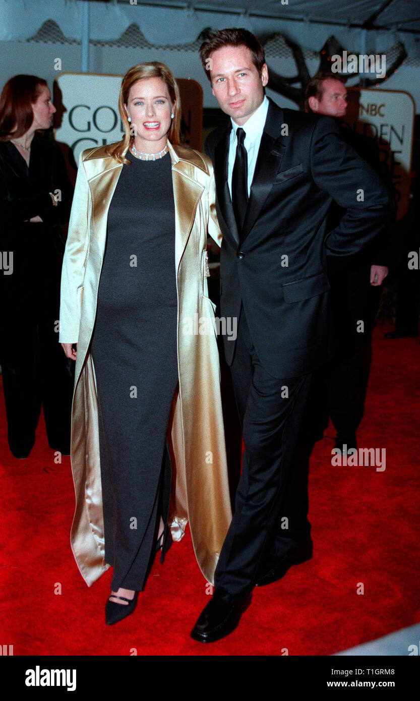 LOS ANGELES, CA - January 25, 1999: Actor DAVID DUCHOVNY & actress wife TEA LEONI at the Golden Globe Awards in Beverly Hills. He was nominated for Best Actor in a TV Series (Drama) for 'The X-Files'. © Paul Smith/Featureflash - Stock Image