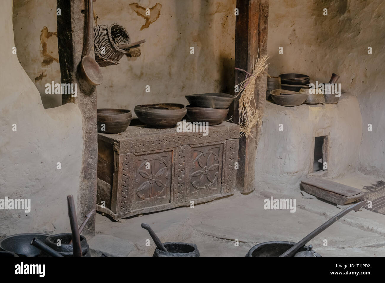 Kitchenware in the ancient Baltit fort. Karimabad, Hunza valley. Gilgit Baltistan, Pakistan. - Stock Image