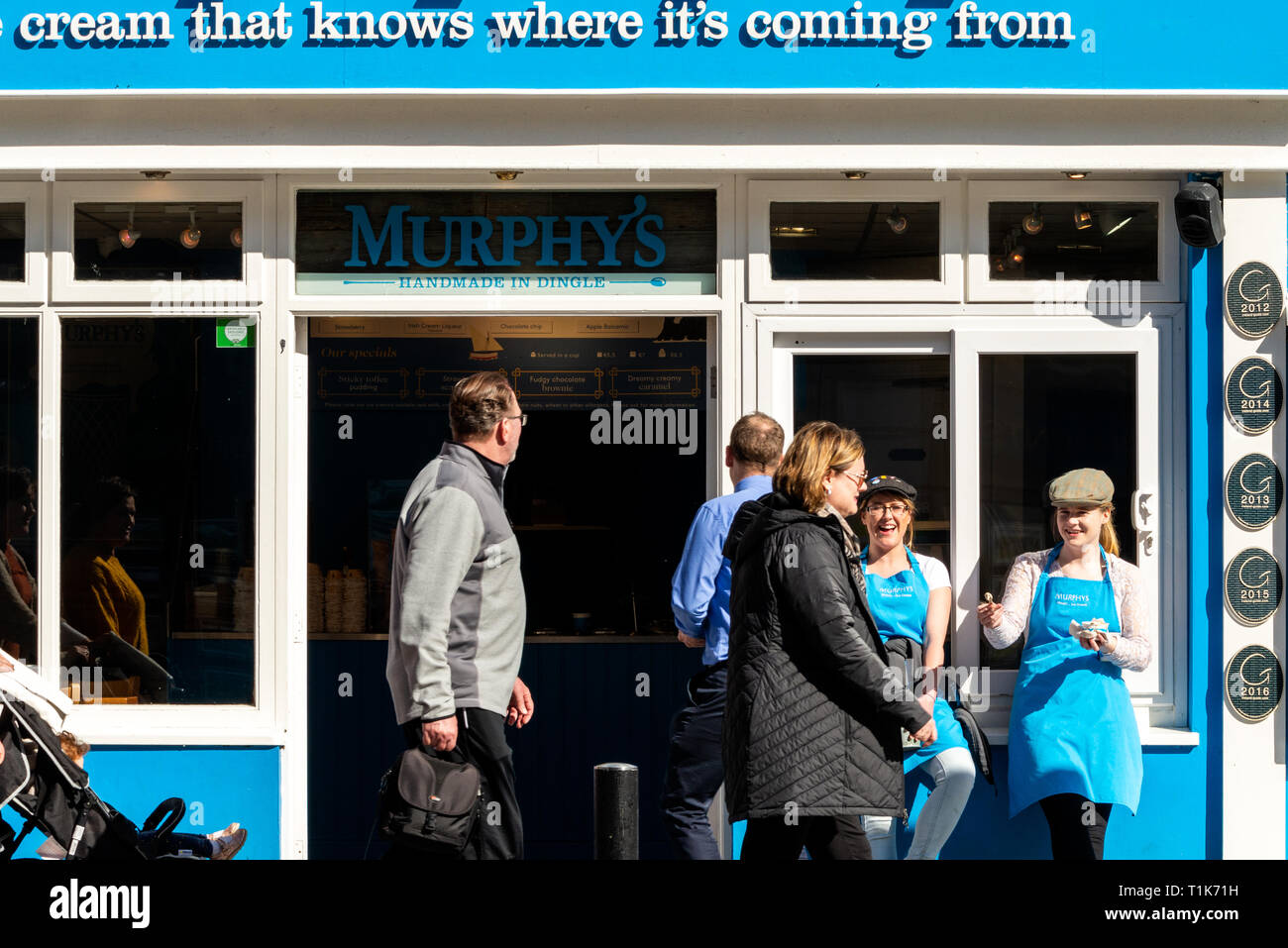 Killarney, County Kerry, Ireland, 27 March 2019. Irish weather. Ice cream shop employees offering free ice cream samples to passerbyers in the town centre. The temperatures in the South West Ireland have reached 16 degrees Celsius and people enjoying some outdoor activities. Credit: Ognyan Yosifov/Alamy Live News - Stock Image